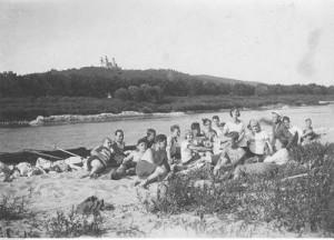 Członkowie TG Sokół z Krakowa podczas odpoczynku nad brzegiem Wisły, 1929 r